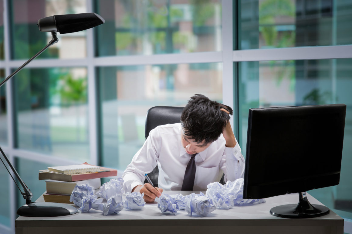 Employees to think and not Work with stress Pretending to put his hand to the head